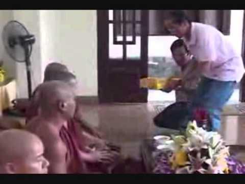 kinh cau an, cau sieu va chuc phuc nhan le trai tang hoi huong den than nhan da qua vang.