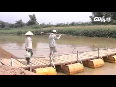 Thầy Giáo Tự Làm Cầu Phao Cho Dân Tại Quảng Nam