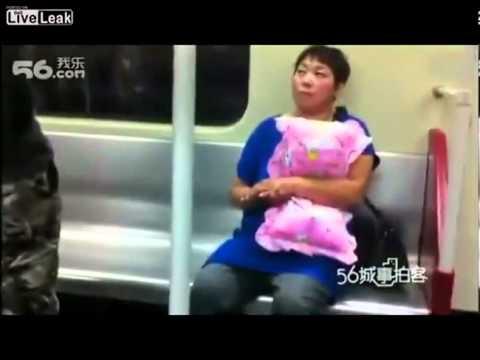 Máy bay bà già tán trai công khai trên tàu điện