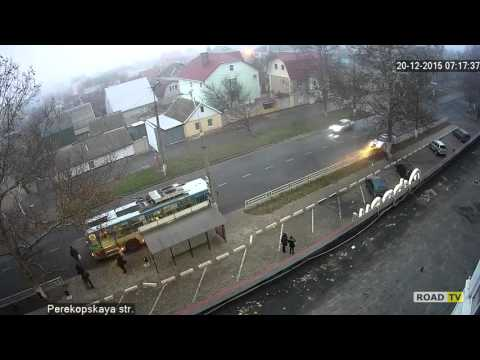 BMW врезался в троллейбус.