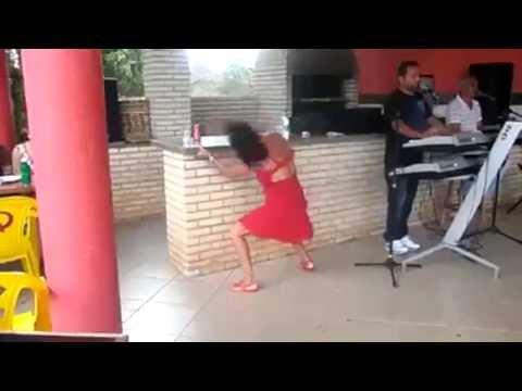 mulher beba dançando engraçado