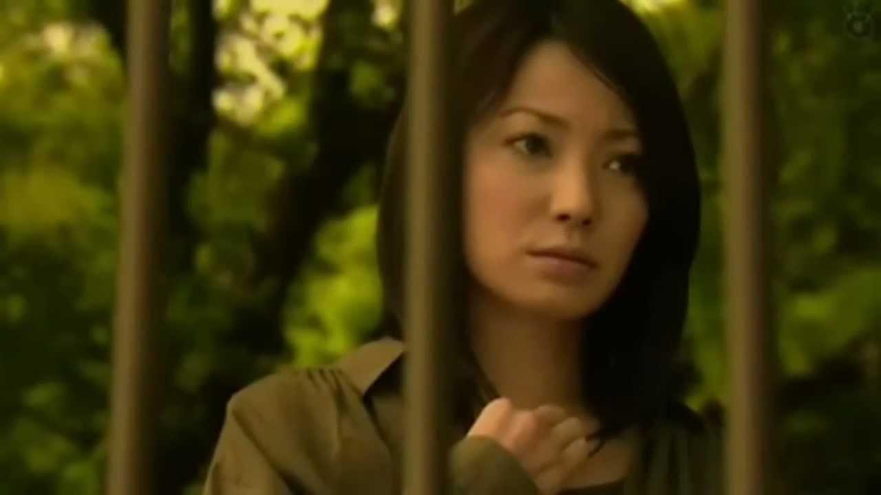ジッと見つめる菅野美穂
