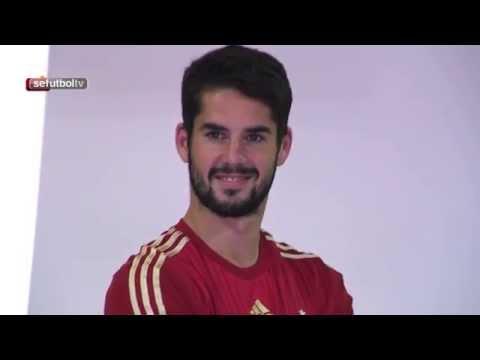 Los nuevos internacionales posan con la camiseta de España.
