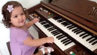 Gabriela Oliveira Tentando Tocar Órgão  Hehehe