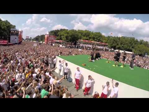 Deutschlands Weltmeister mit Pokal in Berlin   Thomas Müller macht die Humba, Helene Fischer singt