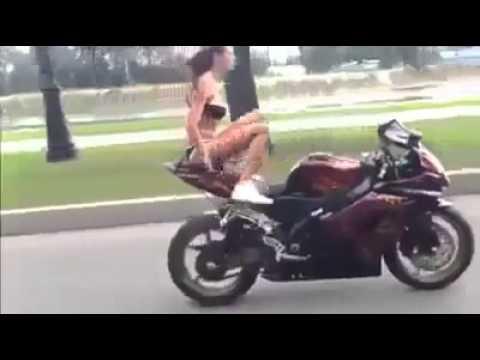 Nữ quái xế mặc bikini biểu diễn liều lĩnh trên xa lộ