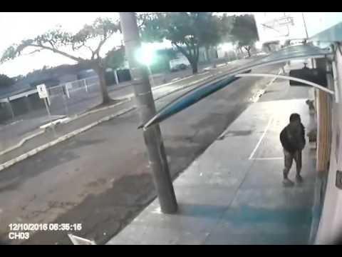 Vídeo Vídeo mostra ladrão tranquilão furtando comércio na Rua Larga