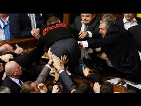 عراك داخل البرلمان الاوكراني وصدور نساء عارية أمام...