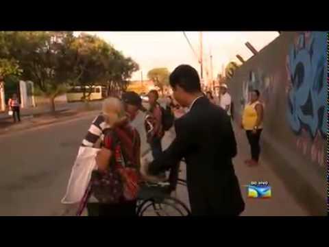 Homem em cadeira de rodas se levanta durante reportagem ao vivo