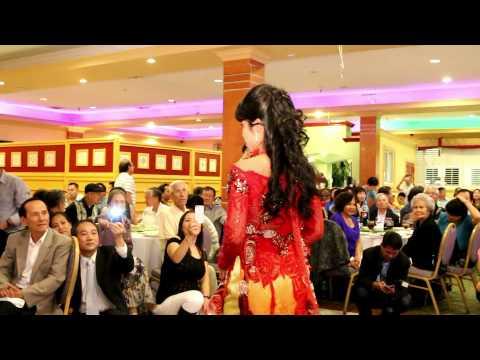 Trình diễn áo dài tại dạ tiệc ngành Móng Tay Lành Mạnh