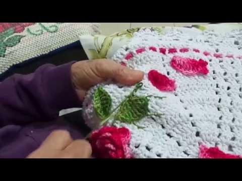 Aplicando folhas de croche em tapete de barbante