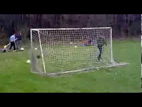 image vidéo Un gardien de but s'entraine avec un canon