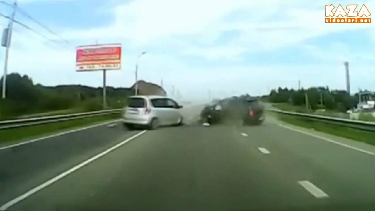 Arabalar kafa kafaya çok sert çarpışıyor izle 2013-07-22