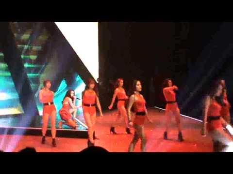 Hồ Ngọc Hà trình diễn trong đêm chung kết Vietnam's Next Top Model