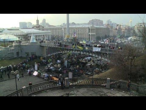 Kiev protesters build barricades amid deadly clashes