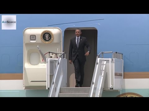 President Obama, Air Force One Arrives in Osan, Korea (Apr, 2014)