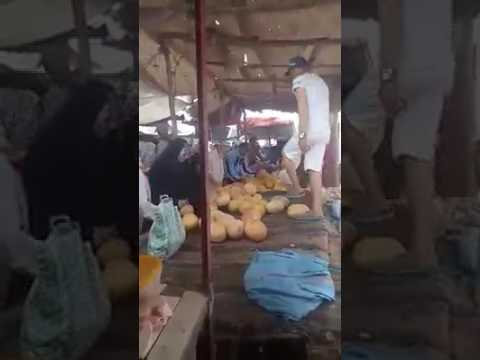 بائع يصيح داخل السوق عاش الزفزافي والسويهلة بدرهم