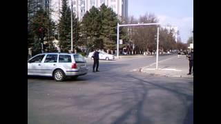 O mașină scumpă a lovit un troleibuz pe str. București