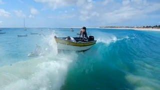 Bote tragado por una ola