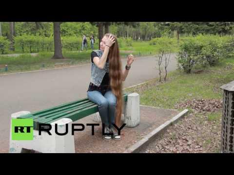 حسناء روسية شعرها يكاد يلامس الأرض