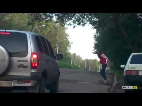 Наркоман бросается под колеса машин