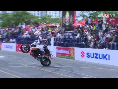 Thót tim với những pha biểu diễn mô tô mạo hiểm của biker nước ngoài