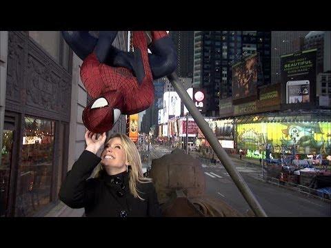image vidéo Une journaliste fait confiance à Spiderman