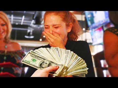 شاهد شخص يقوم بمنح نادلة 10000 درهم