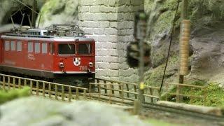 Modelleisenbahn Graubündenbahn mit perfekter Oberleitung in Spur H0m