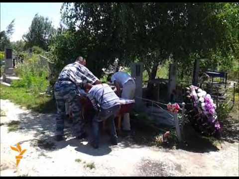 Родственники хоронят погибших в