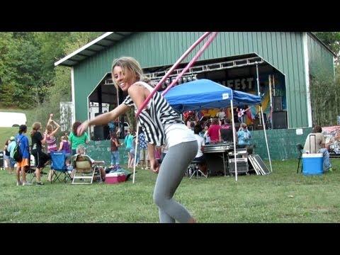 Sexy cura zna kako se pleše sa hulahopom
