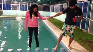 Novio tonto cae en la piscina