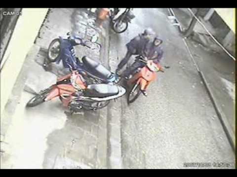 Trộm xe máy không mất đến 1 phút, kể cả khóa càng, hic hic