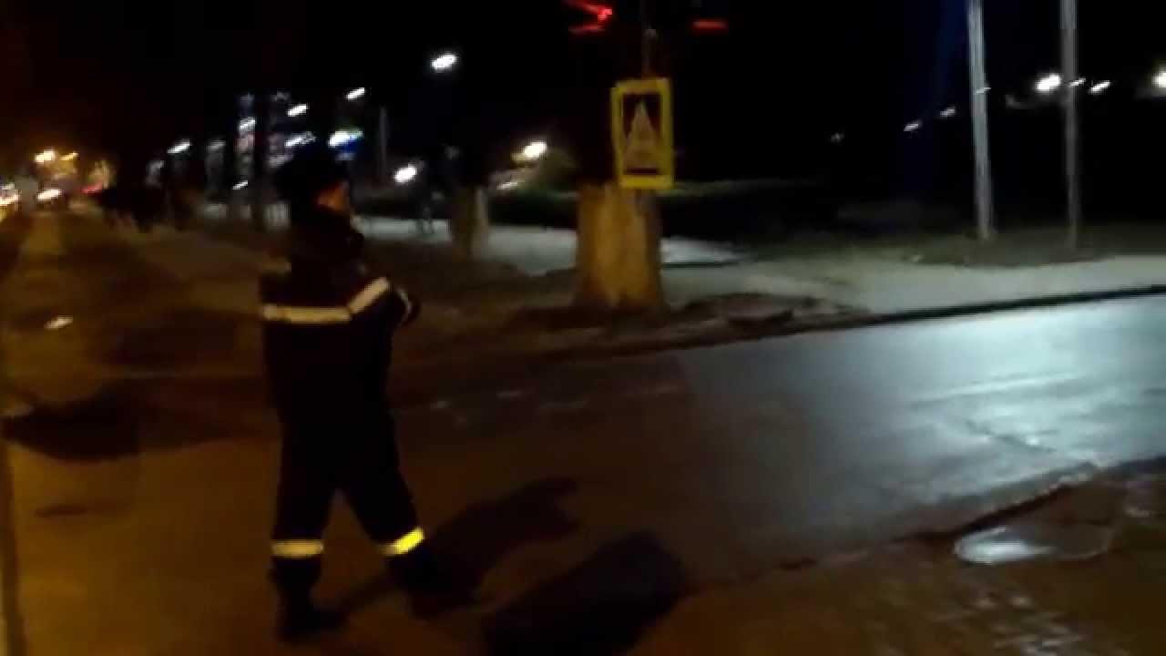Polițist ineficient lîngă un Jeep parcat greșit