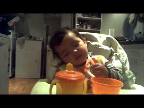 Hài hước clip bé vừa ăn vừa ngủ   Video   Tin tức Online