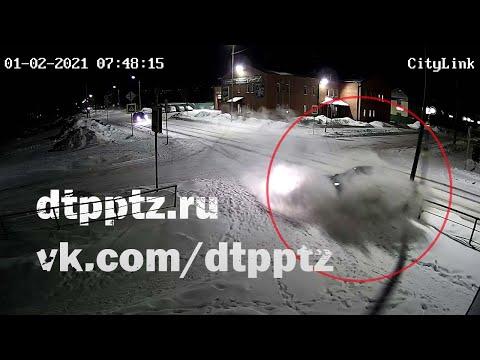 После рискованного обгона легковой автомобиль врезался в столб и дорожный знак