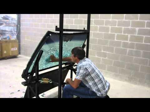 【動画】 防弾ガラスの向こう側にいる人に向けてAK-47を撃ってみた。