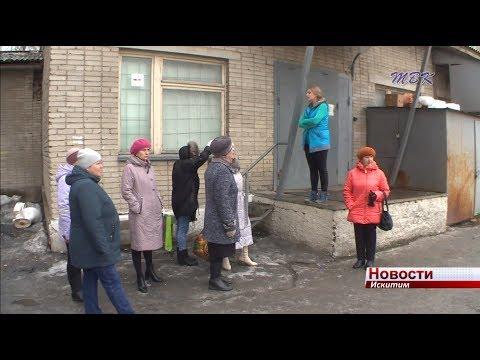 Жители улицы Центральной жалуются на содержание территории магазина, пристроенного к их дому