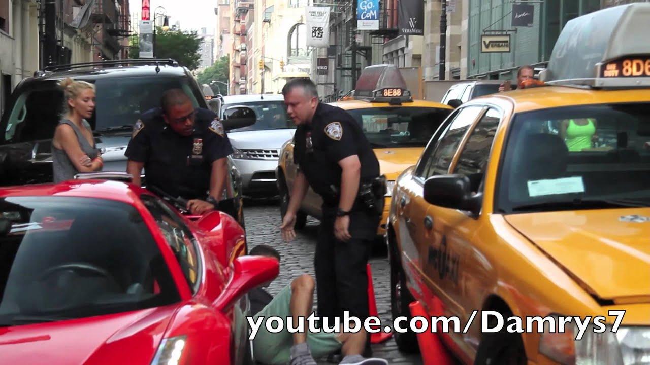 Une Ferrari 458 Spider roule sur le pied d'un policier