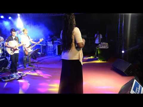 Dina Santos cantando vitória do vale