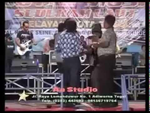 Detik-detik saat penyanyi dangdut jatuh dari panggung