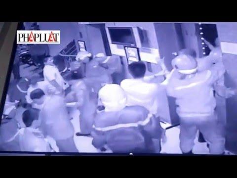 Cạy cửa thang máy giải cứu 16 người đang kêu cứu