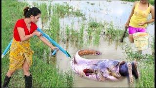 Amazing Wonderful girl Using PVC Compounds Bowfishing to shoot fish - Easy to catch fishing style