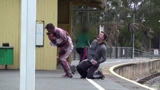 Zombie prank ini membuat orang yang melihat ketakutan setengah mati
