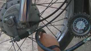 Como calibrar la presión de aire de las llantas de una moto.