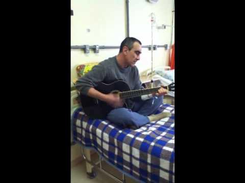 Luiz tocando violão no Instituto do Coração - Rio Grande/RS