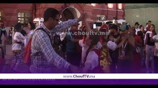 مُشجعون مغاربة في لوحة فنية رائعة مع محترفي الرقص الكلاسيكي بساحة دير سكوير بموسكو | خارج البلاطو