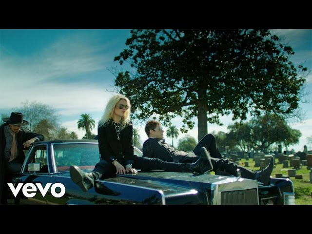 Une danse funèbre pour The Kills au sein du clip «Doing It To Death»