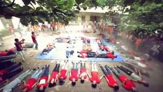 Hàng trăm tân sinh viên Ngoại thương ùa ra sân nhảyflashmob  mừng sinh nhật trường :3