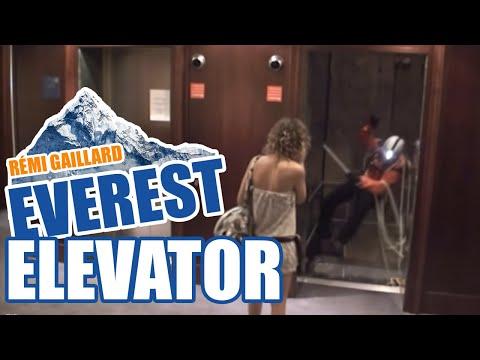 如果升降機門開時你見到這個景象,你會怎樣?